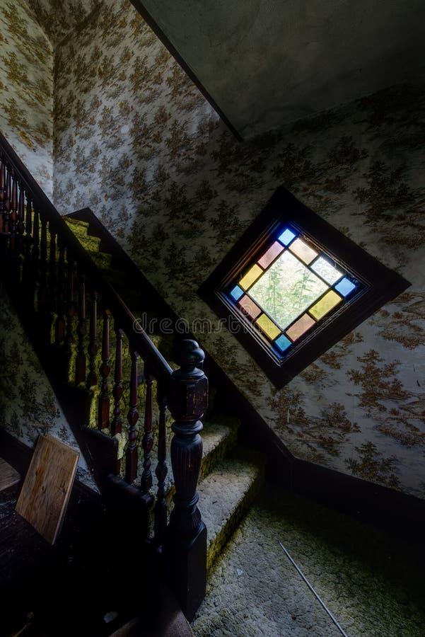Weinlese-Brown-Tapete u. Buntglas-Fenster - verlassenes Haus stockfotografie