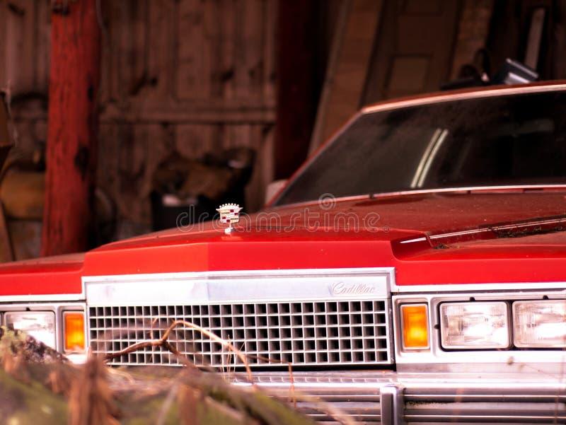 Weinlese Cadillac, das in einer Scheune ungestört sitzt lizenzfreies stockbild