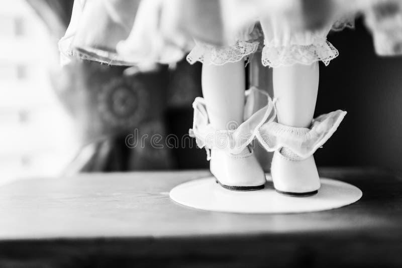 Weinlese-China-Puppe mit Schuhen und Lacy Stockings lizenzfreies stockfoto