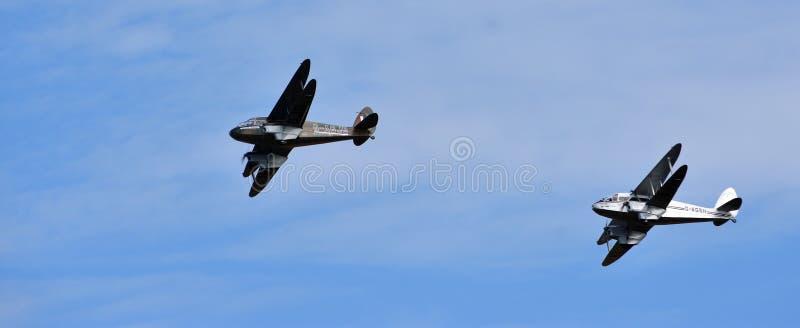 Weinlese De Havilland Dragon Rapide und Flugzeuge DH89A Dragon Rapide, die zusammen fliegen lizenzfreie stockfotos
