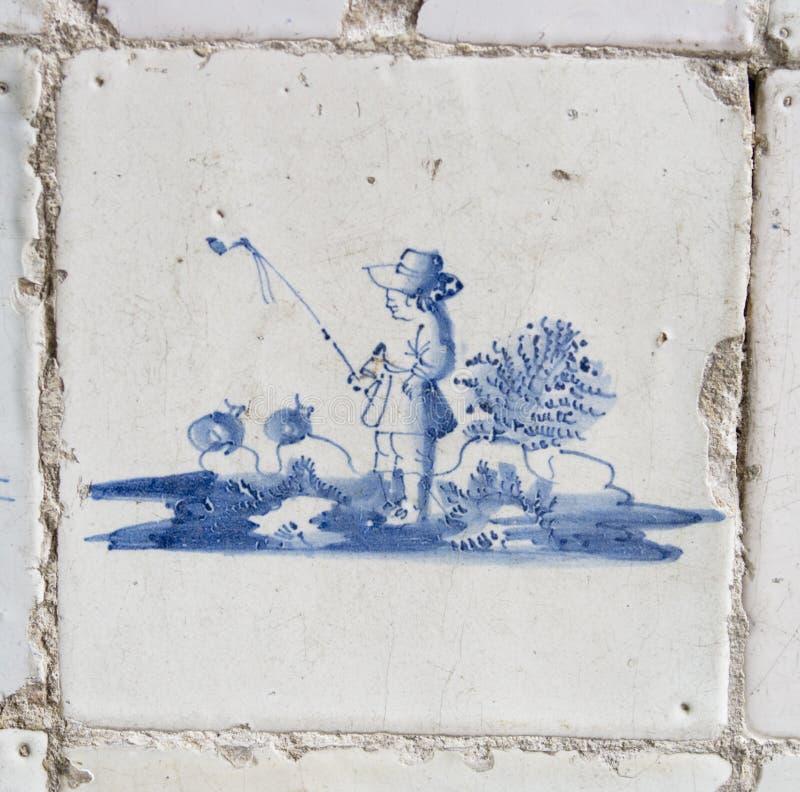 Weinlese-Delft-blaue Fliese mit Fischer stockfotografie
