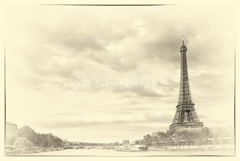 Weinlese der Eiffelturm und der Fluss die Seine am Sonnenunterganghimmelhintergrund in Paris lizenzfreie stockbilder