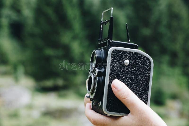 Weinlese, die mit alter mittlerer Formatkamera fotografiert lizenzfreie stockfotografie