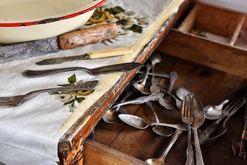 Weinlese-Dishware und Tischbesteck stockfoto