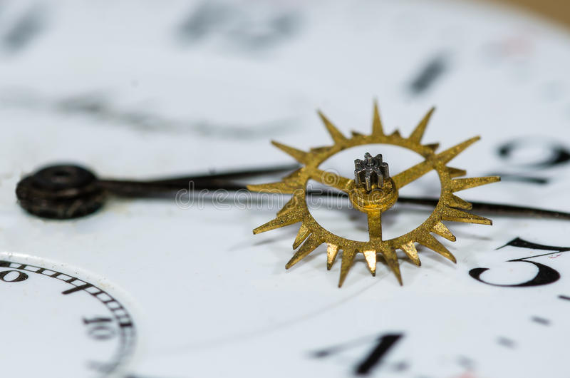 Weinlese-Duplexentweichen-Rad, das auf Taschen-Uhr-Gesicht stillsteht stockbild