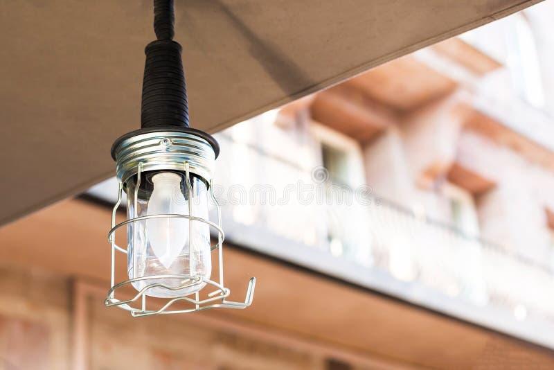 Weinlese eingesperrte kreative LampenGlühlampe im modernen Artrestaurantdekor Helles Innenkonzept des Entwurfes im Freien stockbild