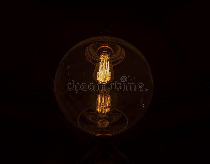 WEINLESE-Energiebirne Illuminted elektrische Glas lizenzfreie stockfotografie