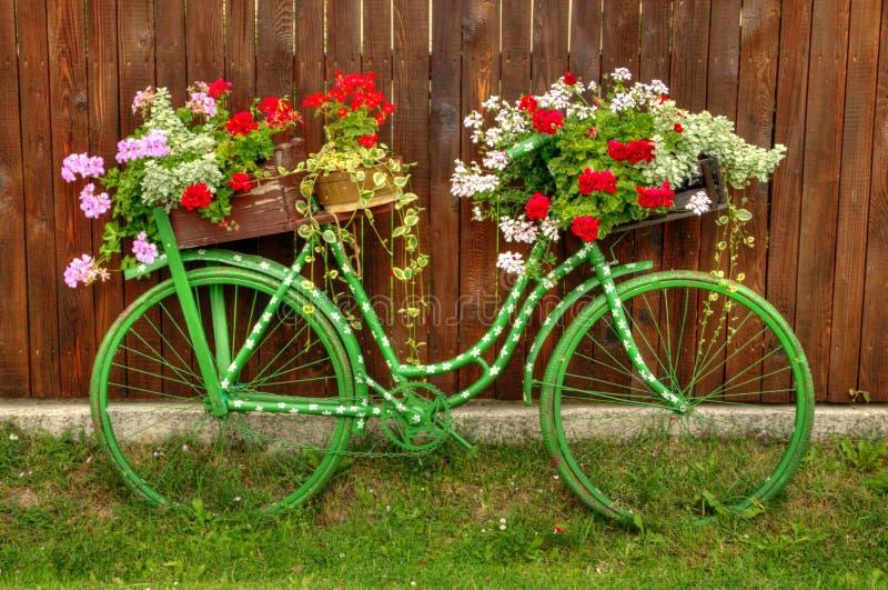 Weinlese-Fahrrad mit Blumen lizenzfreies stockbild