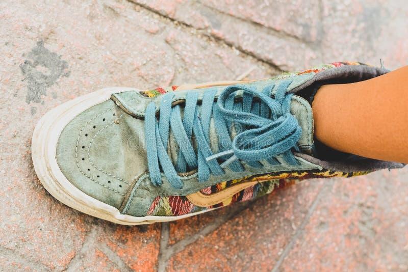 Weinlese farbiger Schuh eines Jugendlichen lizenzfreie stockfotografie