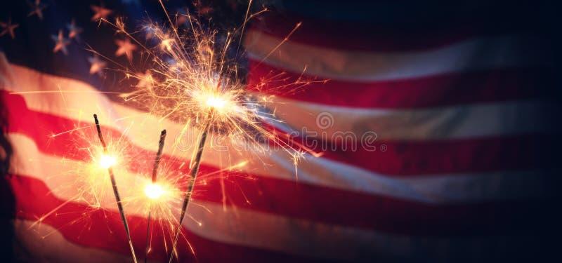 Weinlese-Feier mit Wunderkerzen und Defocused amerikanischer Flagge stockbild