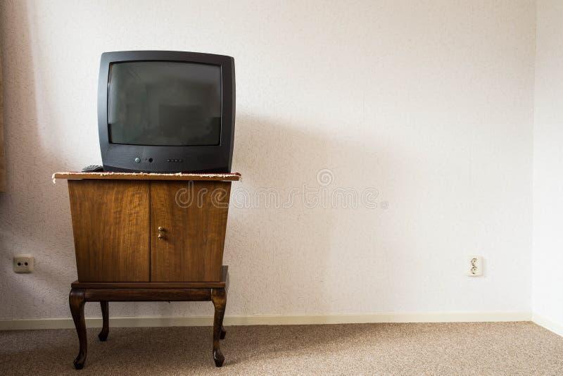 Weinlese-Fernsehen auf hölzernem antikem Wandschrank, altes Design stockbild