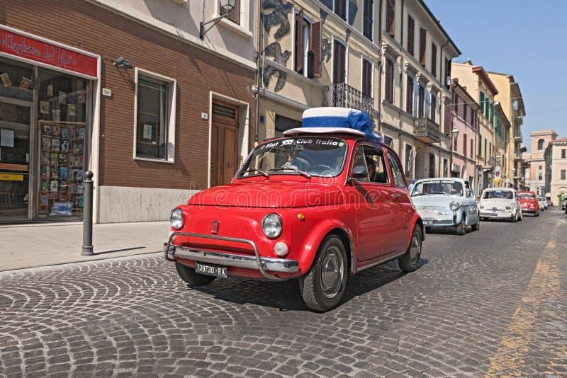 Weinlese Fiat 500 mit einem lustigen Hut stockfotos