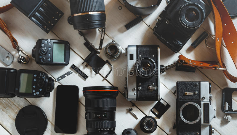 Weinlese-Film-Kamera, Digitalkamera und Smartphone auf weißem hölzernem Hintergrund-Technologie-Entwicklungs-Konzept Beschneidung lizenzfreie stockbilder