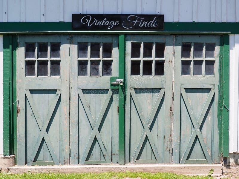 Weinlese findet Zeichen über altes Land-Scheunen-Türen stockbild