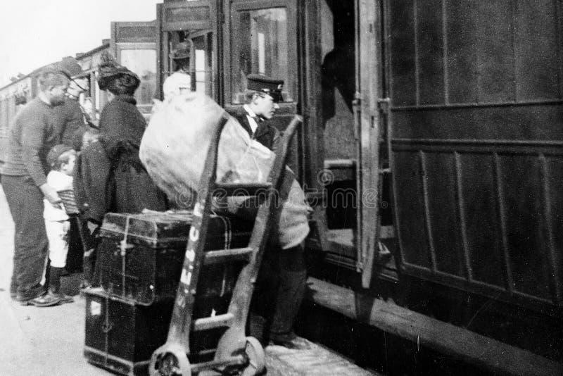 Weinlese-Foto 1900, das einen Zug lädt stockbild