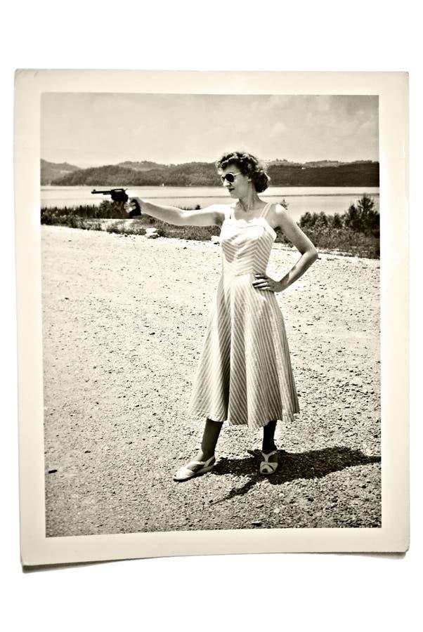 Weinlese-Foto-Frau mit Gewehr lizenzfreie stockbilder