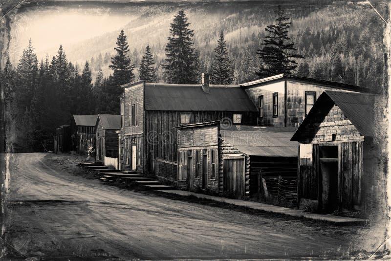 Weinlese-Foto von alten Westgebäuden in St. Elmo Old Western Ghost Town mitten in Bergen stockfoto