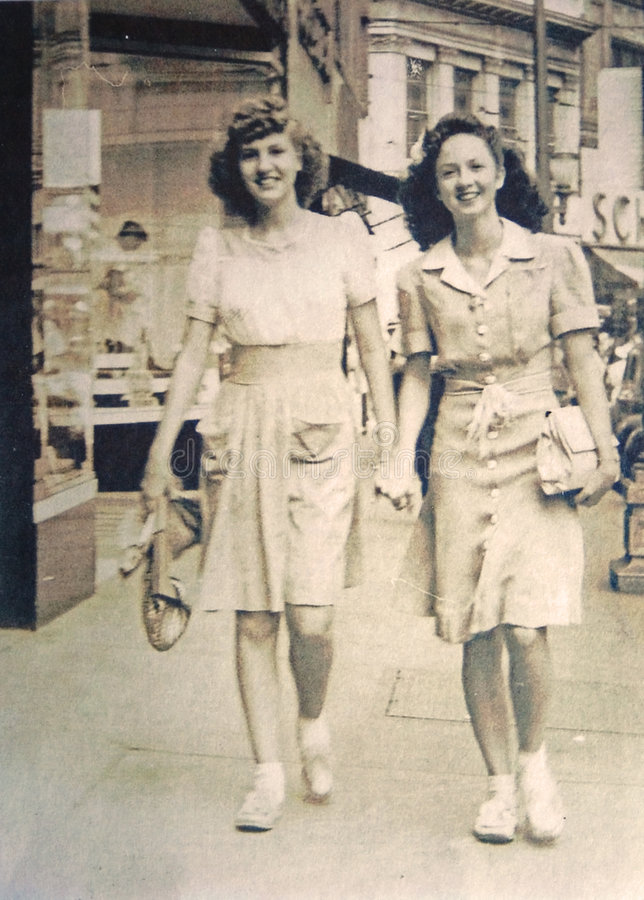 Weinlese-Foto/zwei junge Frauen lizenzfreies stockfoto