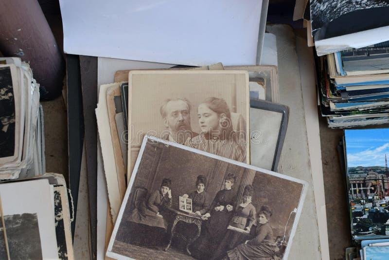 Weinlese fotografiert die Frauen, die Fotoalbum betrachten stockfoto
