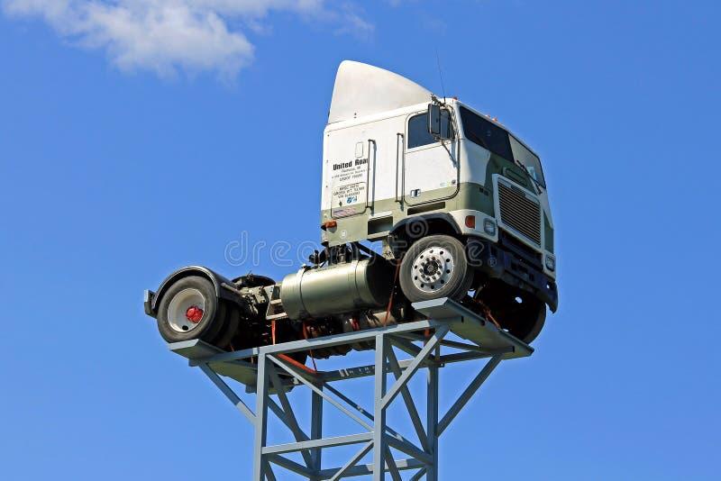 Weinlese Freightliner-LKW oben gegen blauen Himmel stockbilder