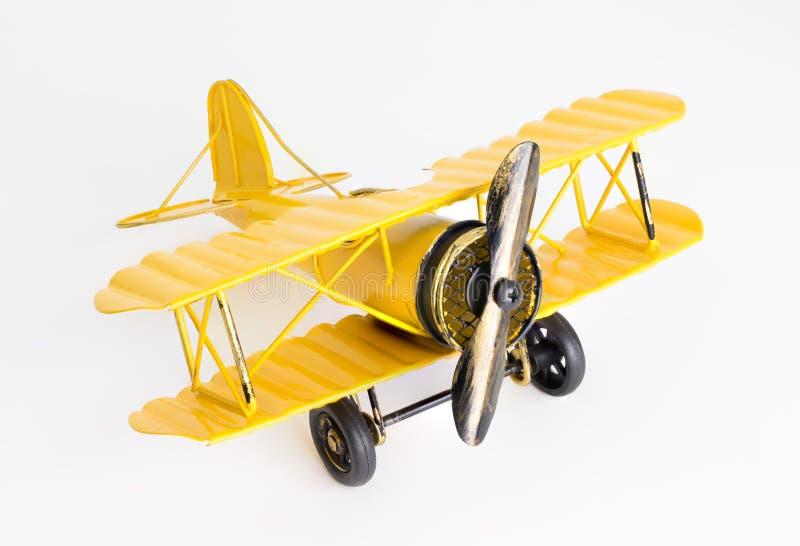Weinlese-gelbes Metallspielzeugfläche auf Weiß stockbilder