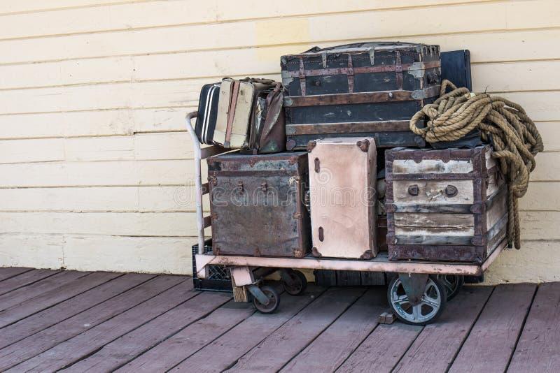 Weinlese-Gepäck auf Warenkorb am alten Bahnhof stockbilder