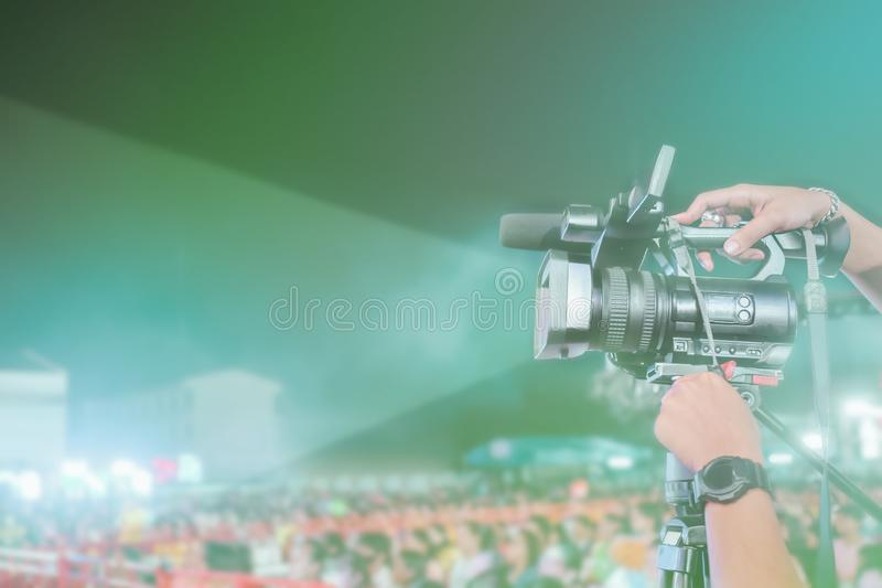 Weinlese getontes Bild des notierenden Videos der Berufsdigitalkamera im Musikkonzertfestival lizenzfreie stockfotografie