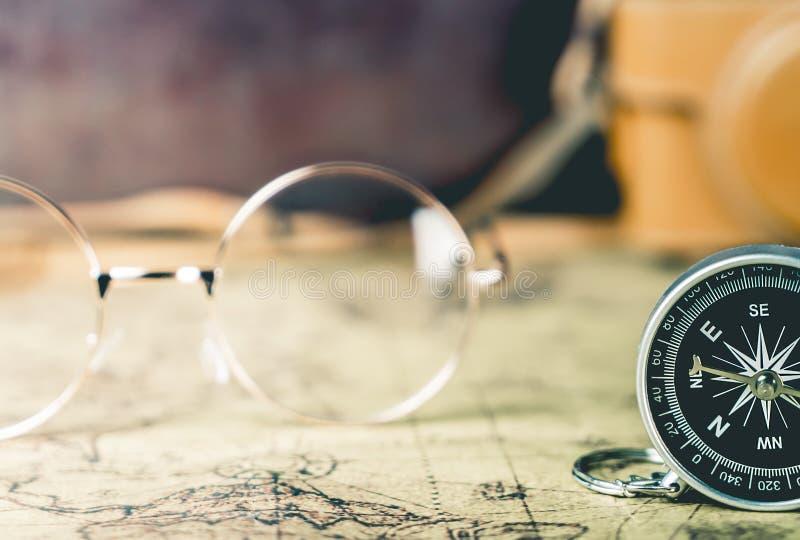Weinlese-Gläser und Kompass für Forscherreise lizenzfreie stockfotografie