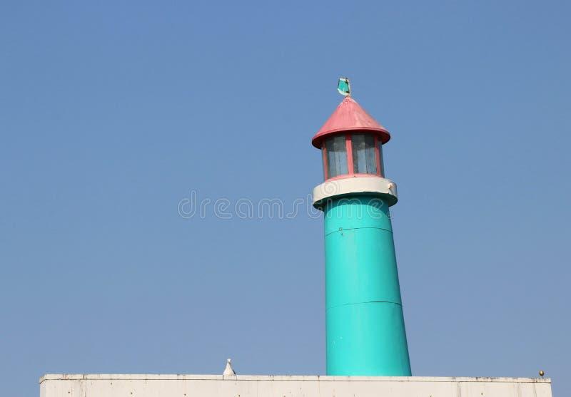 Weinlese, hölzerner blauer und rosa Leuchtturm stockbild