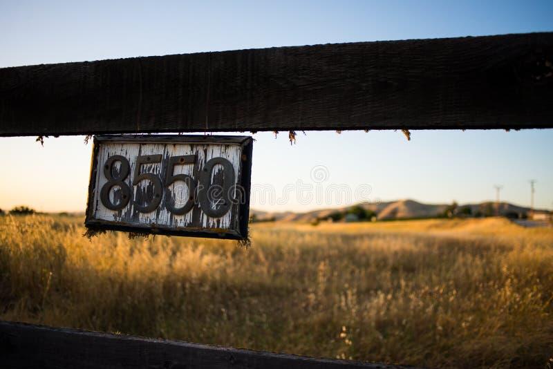 Weinlese-Hausnummer-Zeichen lizenzfreies stockfoto