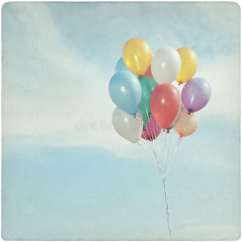 Weinlese-Hintergrund von bunten Ballonen stockfotografie