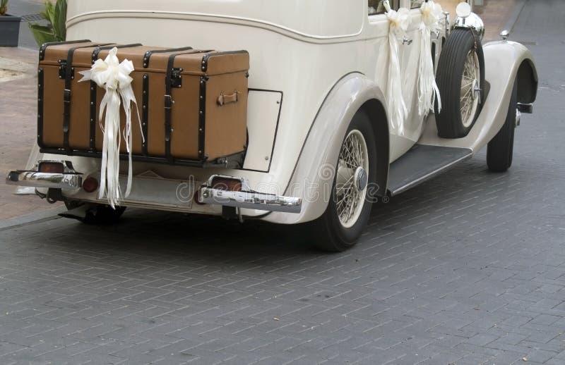Weinlese-Hochzeits-Auto stockbilder
