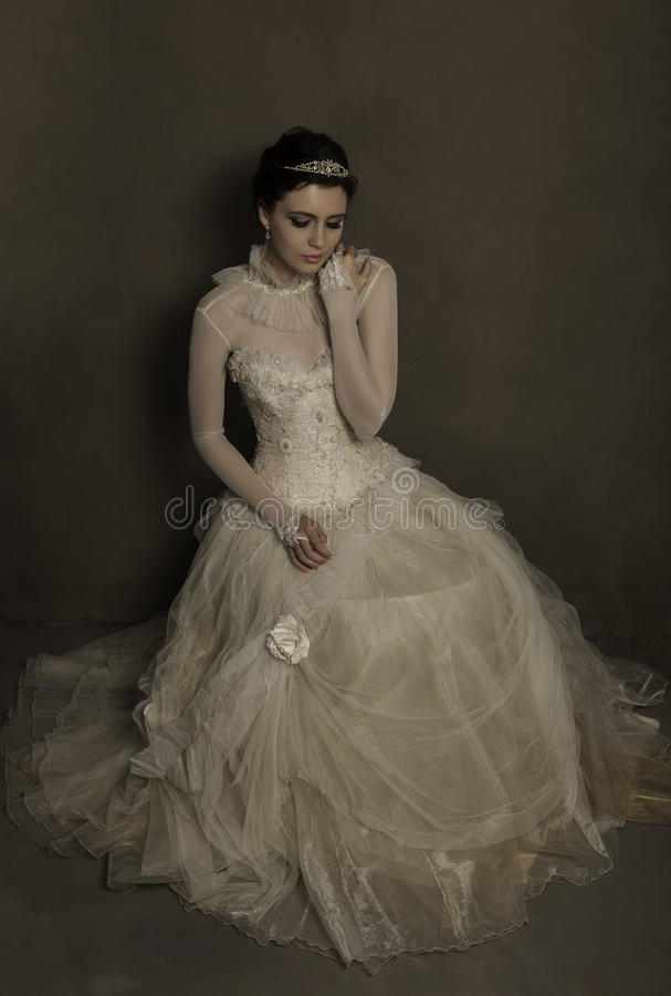 Weinlese-Hochzeitskleid der schönen Brunettebraut tragendes stockfotos