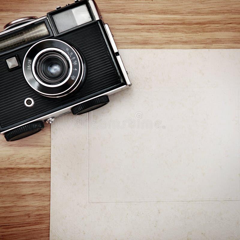 Weinlese-Kamera auf dem Papier lizenzfreie stockfotografie