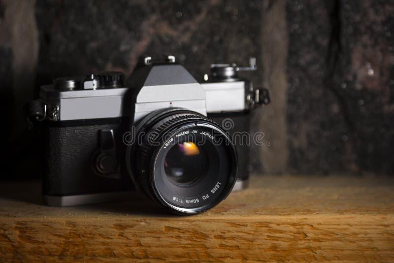 Weinlese-Kamera auf Holz-u. Stein-Hintergrund lizenzfreie stockfotografie