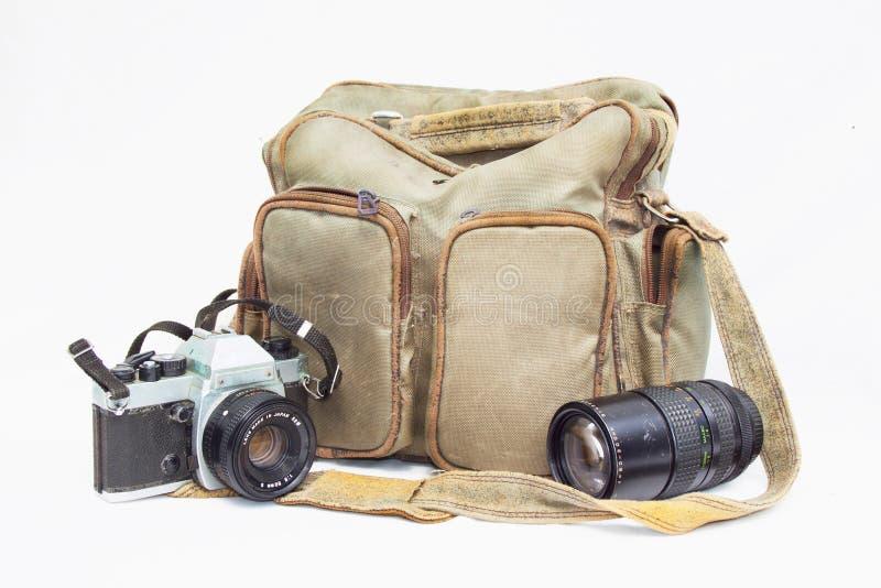 Weinlese-Kamera mit Kamera-Tasche und Teleobjektiv stockfotografie
