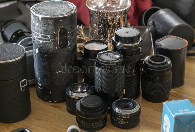 Weinlese-Kameraobjektive auf einer Tabelle lizenzfreies stockbild