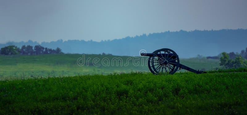 Weinlese-Kanone, die altes Schlachtfeld übersieht lizenzfreies stockbild