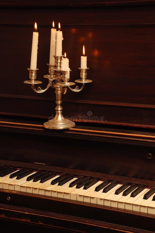 Weinlese-Klavier in der Kerze-Beleuchtung stockfotos