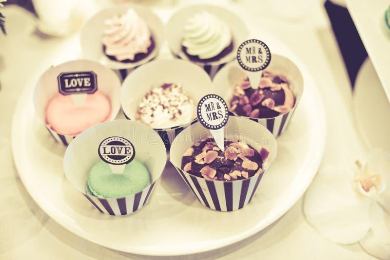 Weinlese-kleiner Kuchen mit Herrn &Mrs für verzierte Hochzeitstafel stockfotos