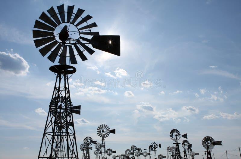 Weinlese-Land-Windmühlen stockfotos