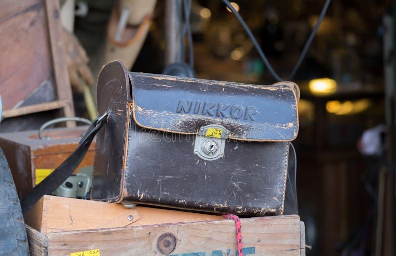 Weinlese lederne Nikon-Tasche für Verkauf an der alten Jaffa-Flohmarkt stockfotografie