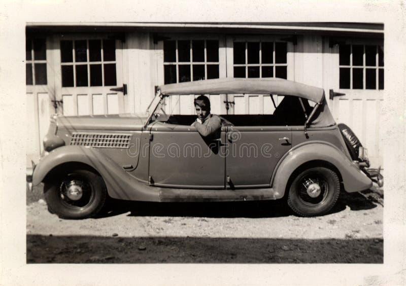 Weinlese-Mann im Auto stockfotografie