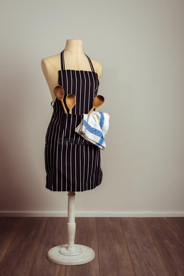 Weinlese-Mannequin Mit Küchen-Geräten Stockfoto - Bild: 66040232