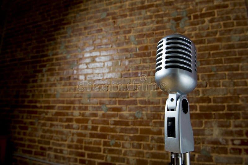 Weinlese Microhone und Backsteinmauer stockbild