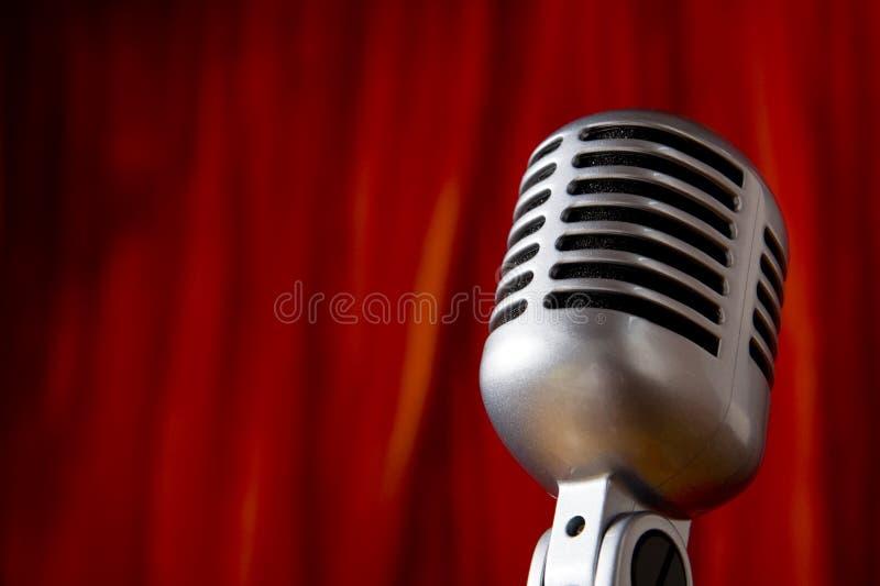 Weinlese-Mikrofon vor rotem Trennvorhang stockbilder