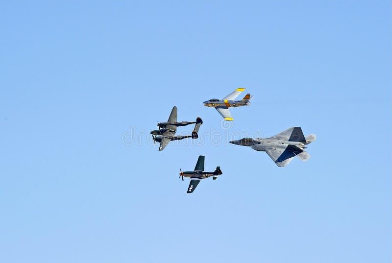 Weinlese-Militärflugzeuge und der Raubvogel F-22 stockbild