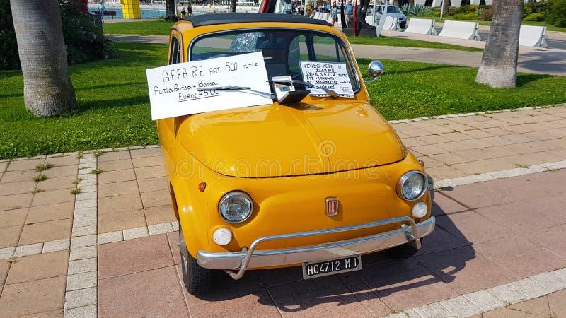 Weinlese orange Fiat 500 lizenzfreies stockfoto