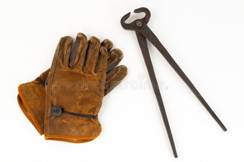 Weinlese passen vom Schnitt von Quetschwalzen-Zangen und von Arbeits-Handschuhen zusammen lizenzfreie stockfotos