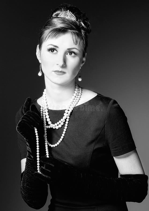 Weinlese-Porträt einer schönen jungen eleganten Frau lizenzfreie stockfotos